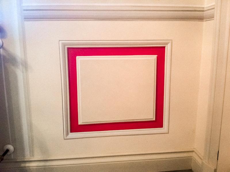 Boiserie cassettone bianco conbordo rosso